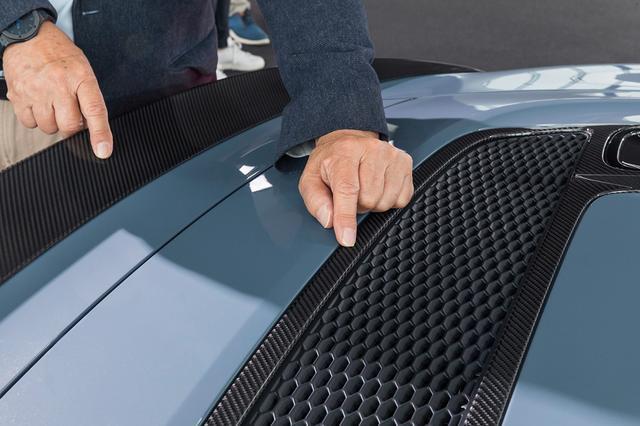 画像: 細かなディテール類の品質を大幅に向上させた新型R8。異なるカーボンパーツの編み目も同一方向を向いている。