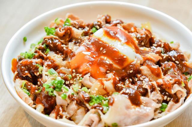 画像: 「八丁味噌スタ丼」(880円)。お腹いっぱいに味わいたい人におすすめのメニュー。