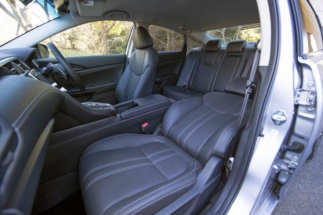 画像: 本革はオプションだが、前席は電動アジャストでヒーター内蔵。後席もヘッド&フットスペースとも十分で快適。