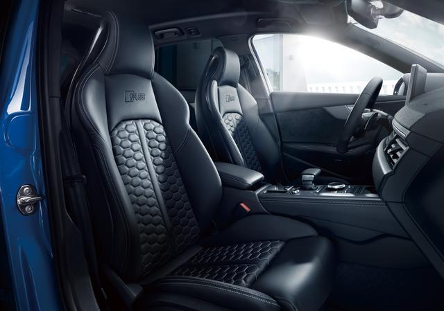 画像: シートはファインナッパレザーのスポーツ仕様。マトリクスヘッドライト、アシスタンスパッケージなどの先進安全装備も充実している。