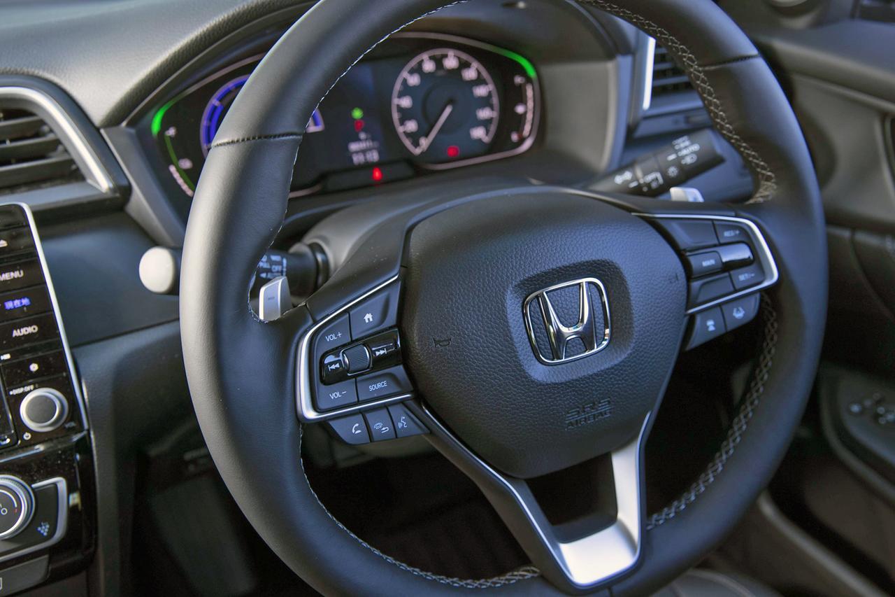 画像: ステアリングは減速セレクターのパドル付き。オーディオやACCのスイッチも備わり、ブラインド操作もしやすい。