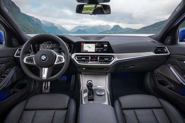 画像: ドライバーズオリエンテッドなインテリアに最新のインターフェイスを採用。「BMW Operating System 7.0」は表示や操作をカスタマイズすることが可能。日本仕様は右ハンドルとなる。