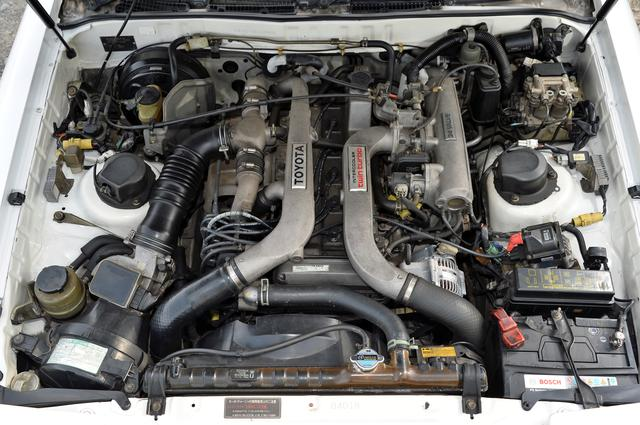 画像: 販売の主流だった2Lツインターボの1G-GTEU型エンジン。ヘッドの上に通る2本のパイプがツインターボの証し。