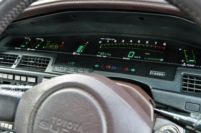 画像: パノラミックデジタルメーターは速度や回転計、水温計や油圧計だけでなく、ブーストやTEMSまで表示する。
