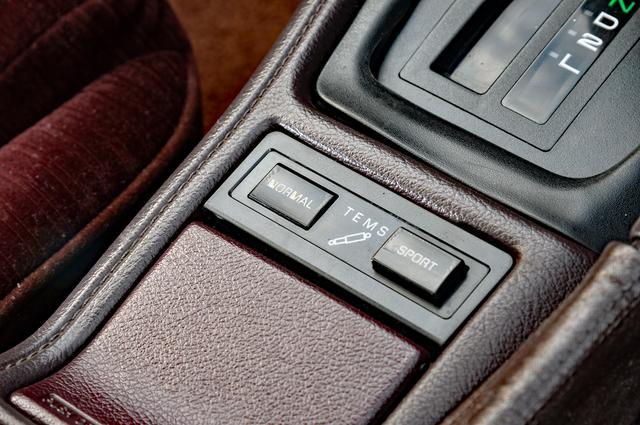 画像: 電子制御サスペンションのTEMSは、ATノブ手前のボタンで切り替えが可能だ。