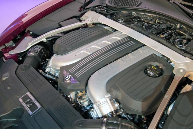 画像: 狭角V6をV型に配置したW12ツインターボは、635psと900Nmを発生する。