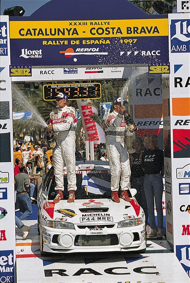画像: 1997年、アクティブ4WDシステムやアンチラグシステムなどを使い、あらゆる路面で速さを見せたランエボIV。トミ・マキネンの2年連続WRCドライバーズタイトルに大きく貢献した。