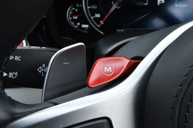 画像: ステアリングホイールに備わる赤い「M」スイッチでプリセットされた走行モードに瞬時に切り替える。