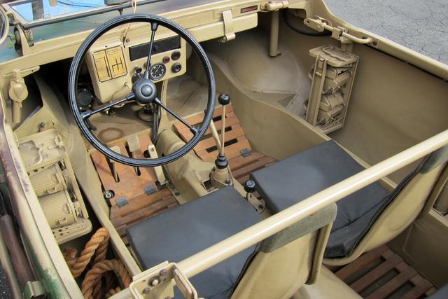 画像: シンプルな内装。ミッションは4速MTで、その手前にトランスファーが備わる。