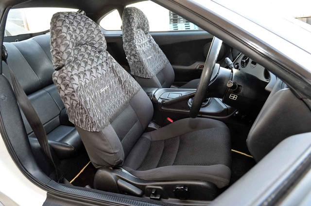画像: 運転席は一部電動アジャスト。ハーフシートカバーは当時の純正オプション。