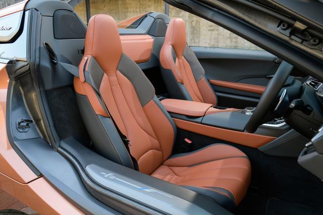 画像: パッセンジャーセルはCFRP製。i8クーペは2+2シートだが、i8クーペは後部座席のない2シーター。