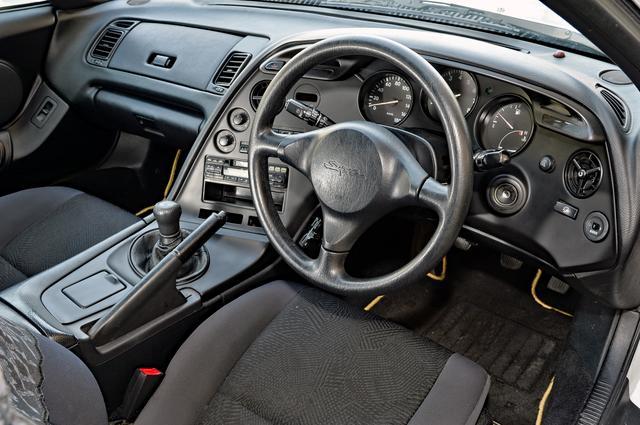 画像: メーターナセル全体がドライバーを包み込むデザインでコクピット感覚を増幅させている。