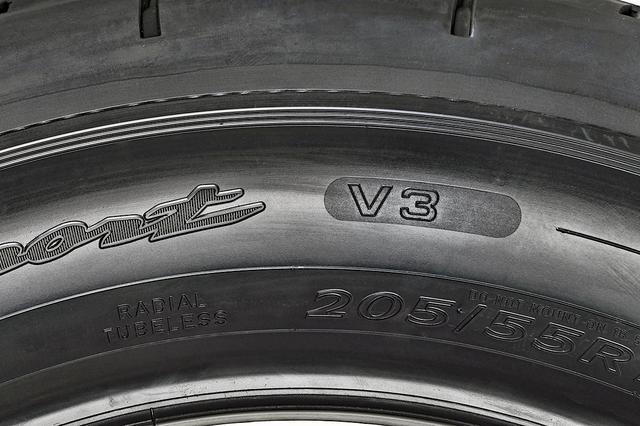 画像: サイドウオールには「V3」のロゴが入る。