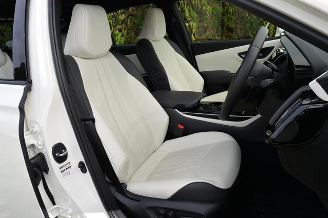 画像: 試乗車はレザーシートパッケージ(オプション。23万7600円)装着車。ホワイトカラーで、シート表皮は本革、ドアトリムやインパネは合成皮革となる。