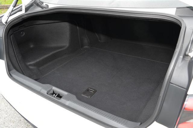 画像: トランクルーム。実際に試したが8.5インチのキャディバッグを4つ搭載することができた。
