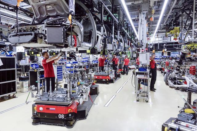 画像: 多くの人が働いているのが印象的な工場。また2020年の増産に向けてポルシェは7億ユーロを投資する。