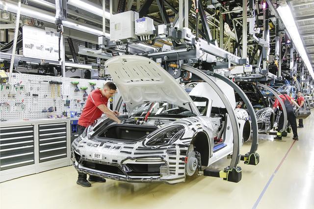 画像2: ここでは主に718、911などの2ドアモデルが生産される。唯一の4ドアはこれから生産されるタイカンだ。