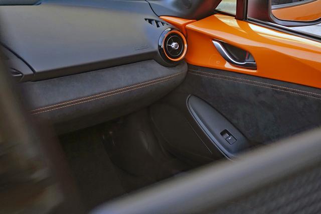 画像: インテリアにもオレンジ色のステッチやデコレーションパネルを採用。