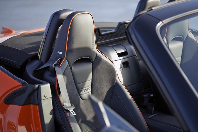 画像: レカロ社製シートにはオレンジ色のアクセントパイピングが入る。