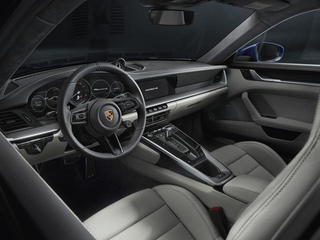 画像: 911伝統の5連メーターは中央のみがアナログ式となる。さらにそれぞれが重なっていないのは930時代のようである。またギアセレクターは大胆に小型化されたのも興味深い。
