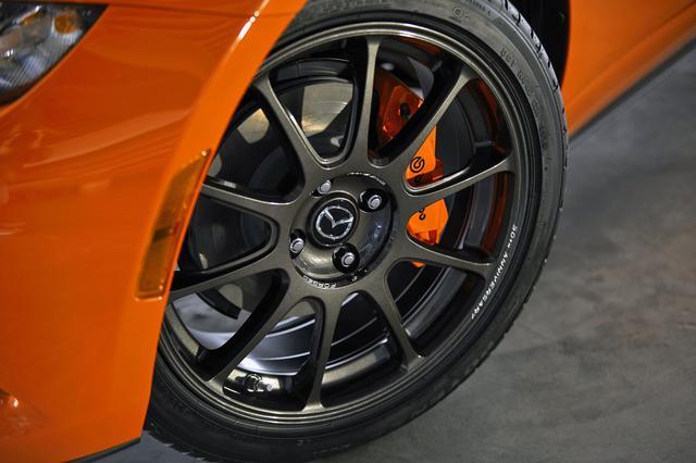 画像: 鍛造アルミホイールはレイズ社製。ブレンボ社製フロントブレーキキャリパーもオレンジに塗装される。