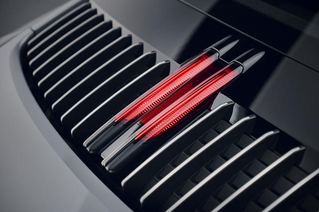 画像: リアに縦型のルーバーを装備したデザインはタイプ991と同じだが、そこに新たにストップランプも組み込まれた。