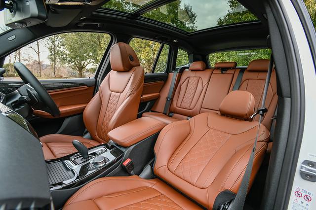 画像: シート素材のエクステンドレザーメリノはオプション。フロント2席は電動調整式サイドサポート付シートバックを採用する。