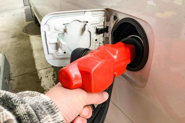 画像: 燃費が良すぎると給油頻度も減り、時間経過とともにガソリンも劣化してしまう。ひがみではない。