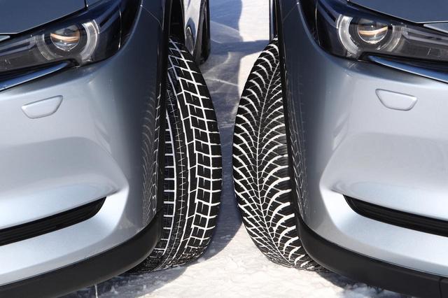 画像: 左はヨコハマのスタッドレスタイヤ、アイスガード6 iG60、右がオールシーズンタイヤ、ブルーアース4S AW21。トレッドパターンは大きく異なる。