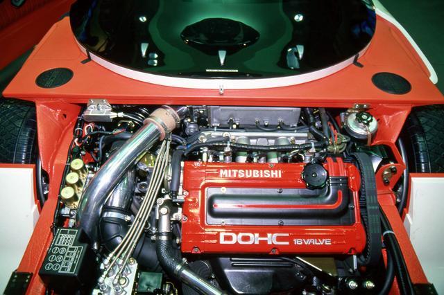 画像: フロントに搭載されていた2Lターボエンジン。コンセプトカーのエンジンが撮影できたのは、今では信じられない話だ。
