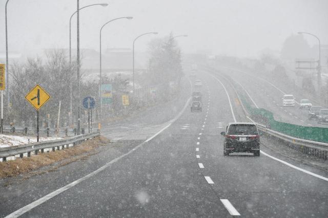 画像: 突然の雪。サマータイヤではグリップしない。安心安全のウインタードライブのために、冬用タイヤは必須だ。