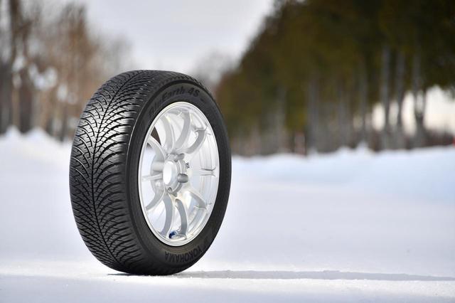 画像: ヨコハマのオールシーズンタイヤ、ブルーアース4S AW21。ヨーロッパで冬用タイヤとして認証されたスノーフレークマークも付いている。