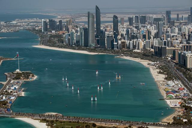 画像: アブダビの高層ビル群を望む海上に設営されたコース。