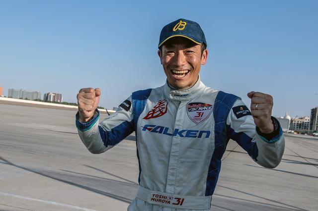 画像: 決勝レースのフライト後、喜びいっぱいの室屋選手。