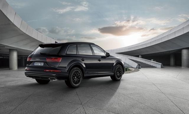 画像: オルカブラックメタリック ボディカラーに、アウディスポーツ製グロスブラック10Yスポークデザイン20インチホイール、S lineエクステリアを組み合わせる。