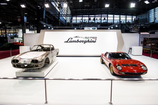 画像: 「レトロモビル」では、復元されたミウラSVとともに、現在レストア進行中の1966年製ランボルギーニ400GT(左)も展示された。この車両はカナダ人のコレクターが所有するシャシナンバー:0592という。
