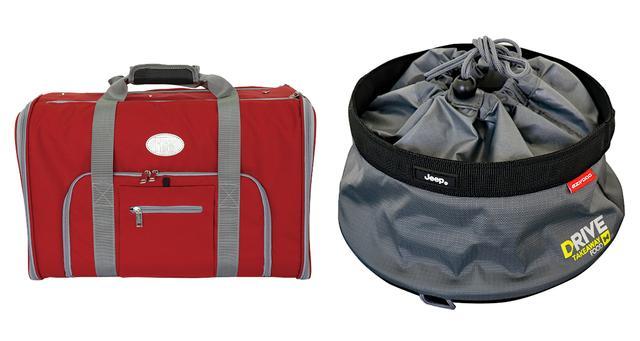 画像: 写真左はフィアットのペットキャリーバッグ、右はジープのトラベル フードボウル。このほかにも、ゼロショックリードやペット用ベッドなどを会場で先行発売する。