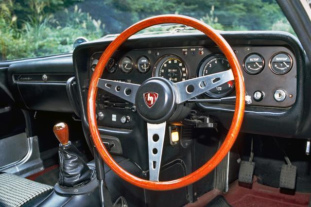 画像: コクピットは英国のスポーツカーに範をとった。ステアリングに当時としては珍しいテレスコピック機能が付いていた。