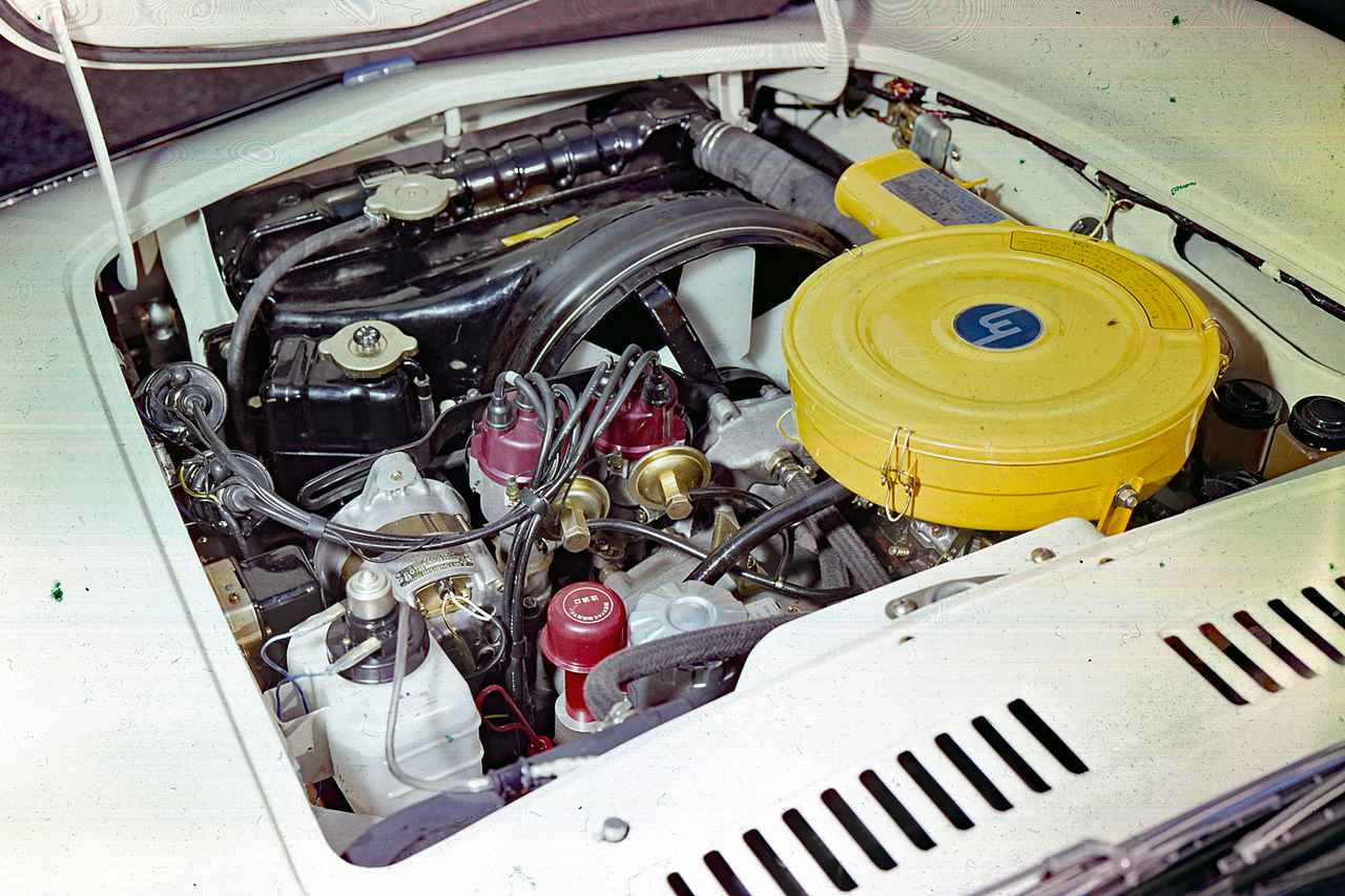 画像: 491cc×2の10A型は110psを発生。7000rpmまで一気に吹け上がり、前期型でも最高速度185km/h、0-400m加速16.3秒を誇った。