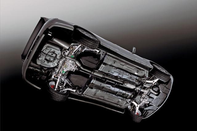 画像: ランエボVIIIでは、徹底的な空力特性の見直しによって、車体の裏側の設計にもこだわりがある。空気の流れを邪魔する余計な突起物を設けないようにしている。