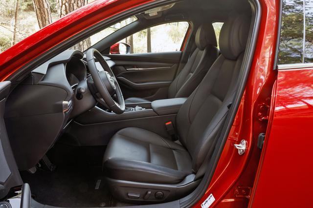 画像: ハッチバックのフロントシート。運転席にはチルト機構を標準装備している。
