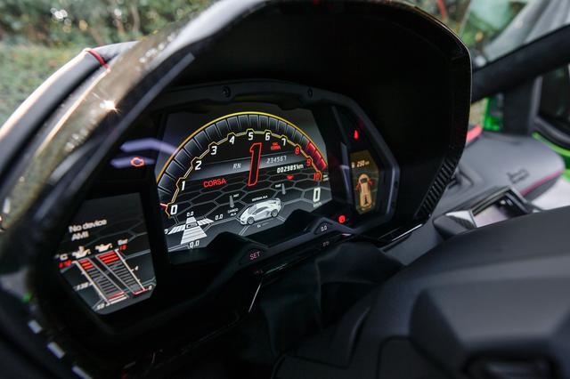 画像: 表示は賑やか。サーキット走行のログが記録できるテレメトリー機能がオプションで設定。