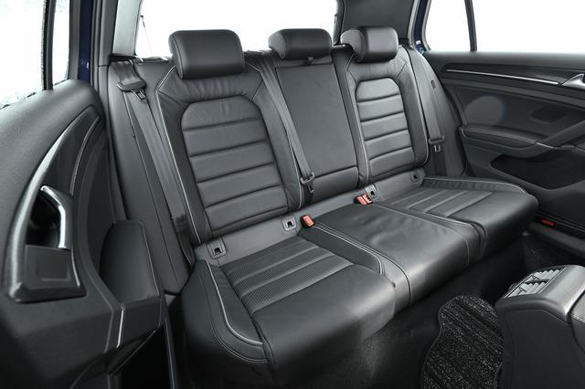 画像: リアシートは分割可倒式を採用する。シートカラーはチタンブラック/レザー、シート背面には合成皮革を使用する。