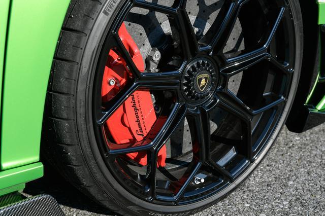 画像: タイヤはSVJ用にチューニングピレリのPゼロ コルサを装備。