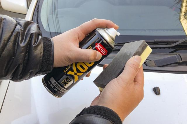 画像: 自動車用品量販店やホームセンターで売っている樹脂用ケミカル剤を使って、樹脂パーツを黒く復活させる。