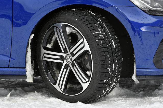 画像: 純正ホイールにミシュランのスタッドレスタイヤを装着。サイズは225/40R18。
