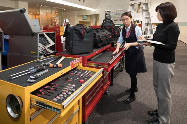 画像: 製品の特徴をわかりやすく解説してくれたブランド戦略部マーケティンググループの仲さん(左)と飯田レポーター。
