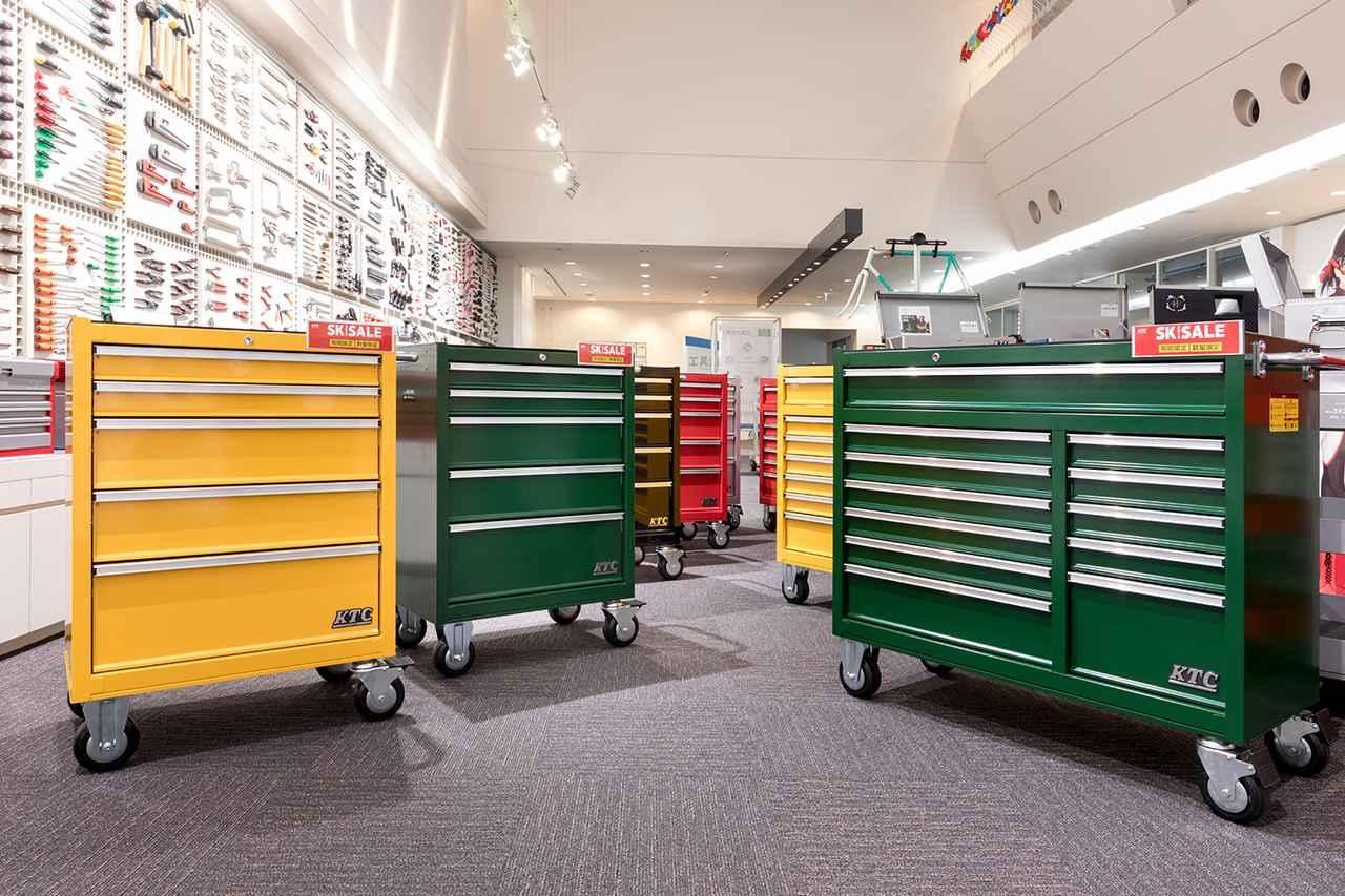 画像: 大型キャスターを採用したSKX3805シリーズ(左)とSKセールに初登場したSKX3812シリーズ(右)。
