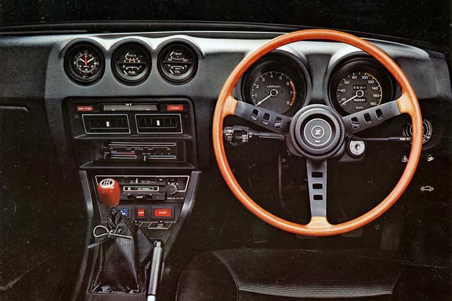 画像: スポーツカーに必要な要素をすべて備えた機能美あふれるコクピットは、古典的だが古臭くはない。Zが今もなお人気がある理由のひとつだ。