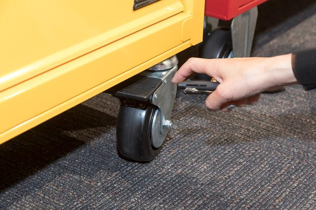 画像: 自在キャスターは、車輪の回転や台座の旋回も防ぐツーウェイロック機構を採用し不意な動きを防ぐ。